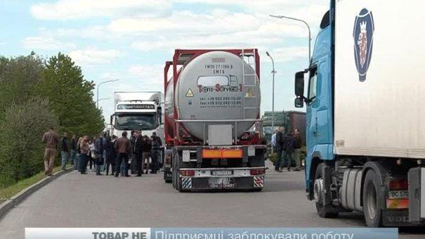 На Львівщині затримують фури з європейською свининою