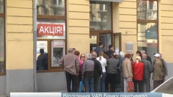 Відділення VAB Банку пікетувало майже 5 десятків вкладників