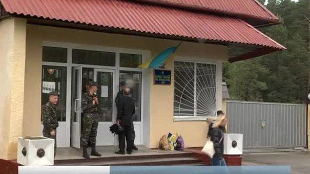 Батьки та дружини мобілізованих блокують військову частину