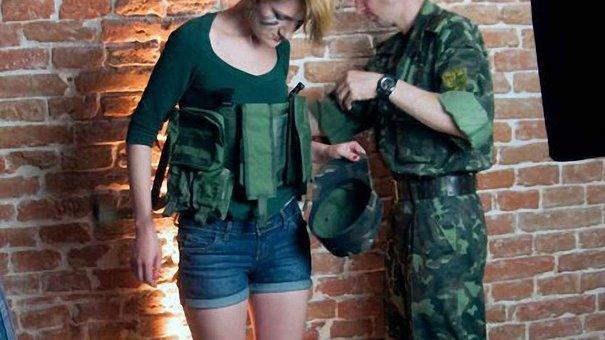 Львівські дівчата підтримають українських бійців листівками