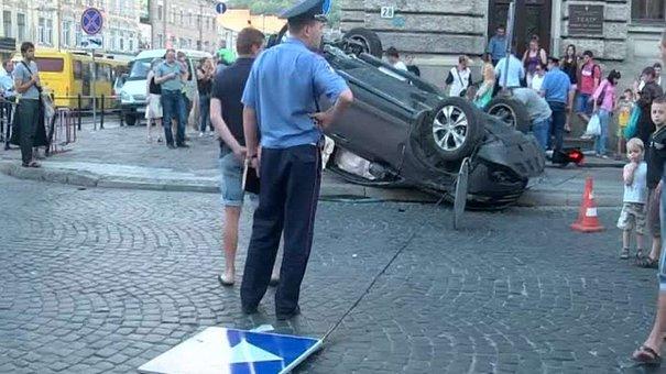 У центрі Львова Honda CR-V збила світлофор, врізалася у Mercedes та перекинулася
