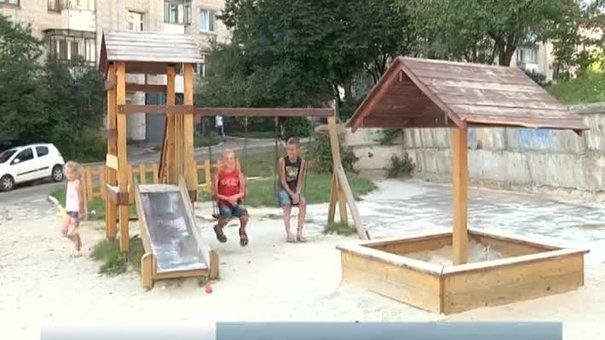 У Львові на вулиці Щурата діти бавляться на небезпечному майданчику