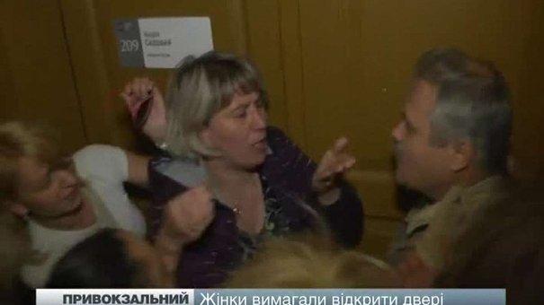 """Підприємці львівського ринку """"Привокзальний"""" спробували вибити двері кабінету Андрія Садового"""