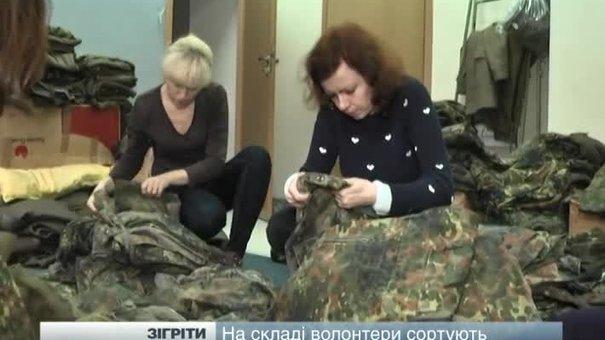 У Львові жінки-доборовольці сортують зимову форму для фронтовиків