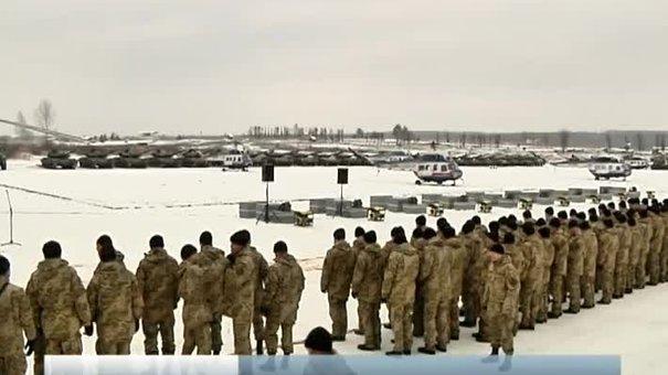 На Яворівському полігоні Порошенко передав понад сотню військової техніки в зону АТО
