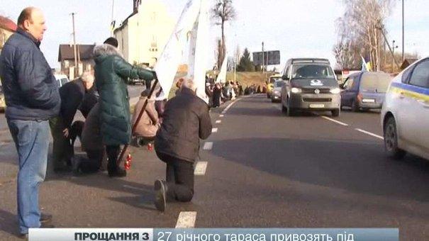 Полеглого бійця батальйону «Львів» зустрічали стоячи на колінах