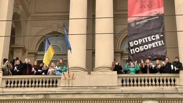 Львівські студенти запустили паперові літачки на підтримку Надії Савченко