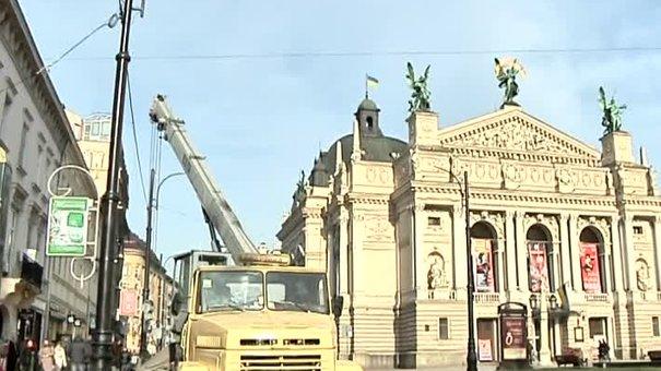 Історичні ліхтарі на проспект Свободи повернуть наприкінці року