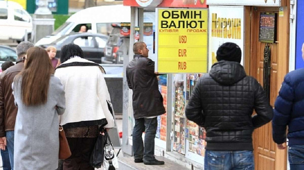 У Львові долари знову надійшли у вільний продаж
