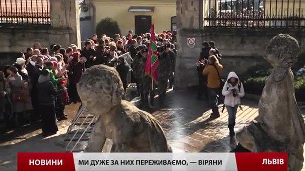 У Львові тисячі вірян зі сльозами зустріли прикордонників із зони АТО