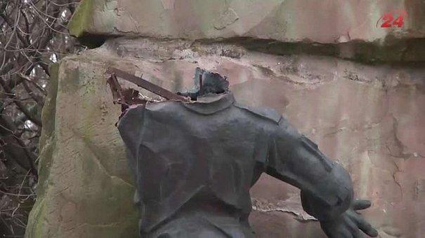 Міліція і «афганці» назвали свої версії щодо пошкодження пам`ятника у Львові