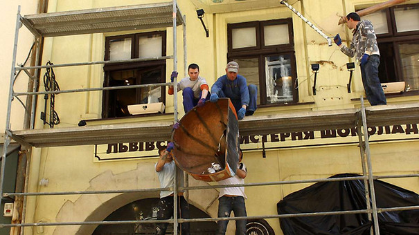 З фасаду  «Львівської майстерні шоколаду» зняли скандальні «ванни»