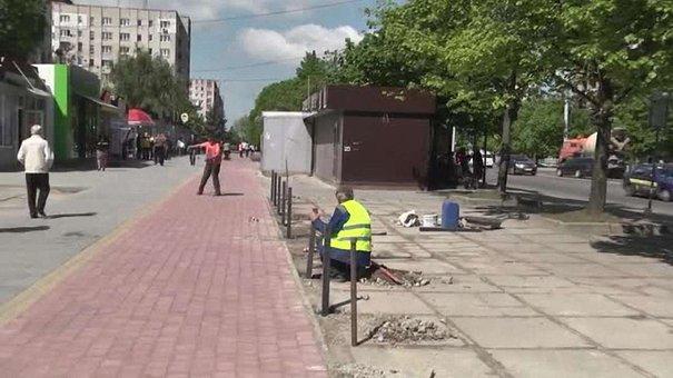 Тротуар «3 в 1» облаштовують на одній із львівських вулиць