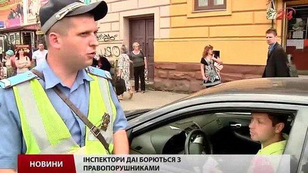 У Львові працівники ДАІ патрулюють вул. Городоцьку, щоб навчити водіїв паркуватись