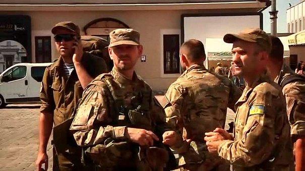 До Львова зі сходу повернулися 200 демобілізованих десантників