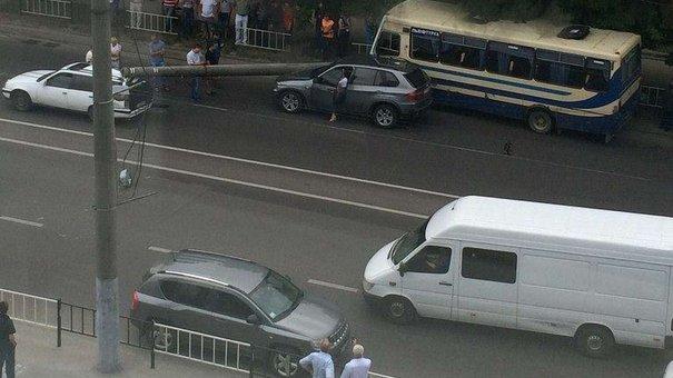 Збитий маршруткою бетонний стовп впав на два сусідні автомобілі