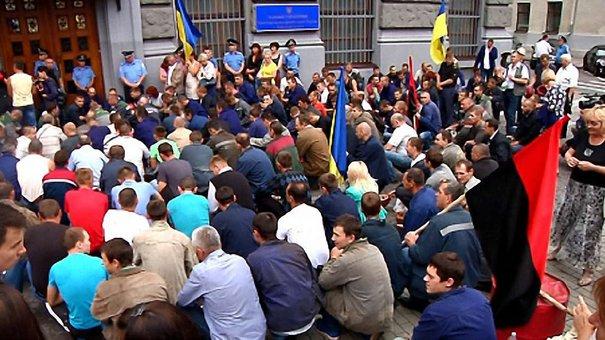 Близько трьох сотень львівських шахтарів пікетували обласну міліцію