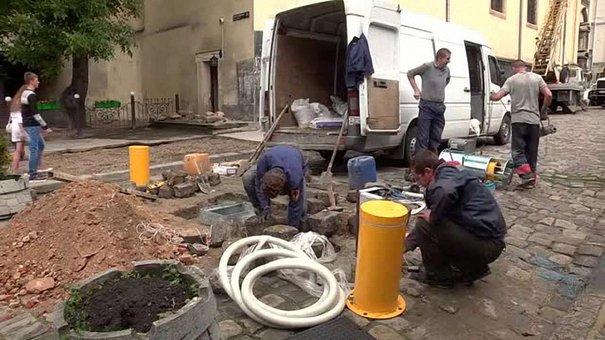 На площі Івана Підкови у Львові встановлюють нові боларди