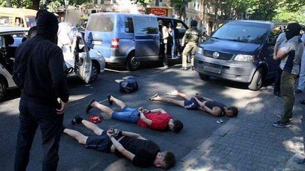 У Львові затримали одразу шістьох крадіїв, які зривали золоті прикраси з жінок