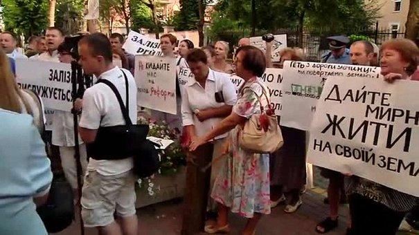 Люди на пікеті під Львівською залізницею відстоюють земельні питання