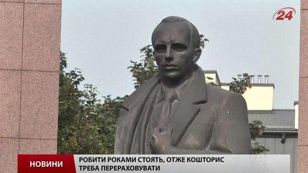 Пам'ятник Бандері у Львові руйнується на очах