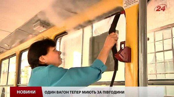 У Львові трамваї і тролейбуси почали прибирати порохотягами