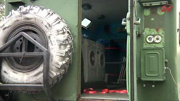 Волонтери УКУ подарували військовим на схід пральню на колесах