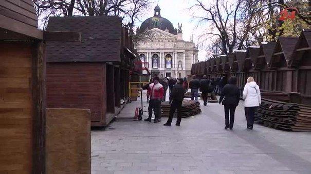 У Львові почали монтувати Різдвяний ярмарок