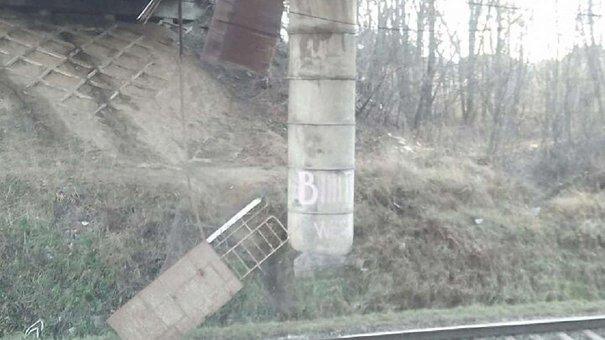 З мосту на кільцевій дорозі Львова обвалилися перила на залізничну колію