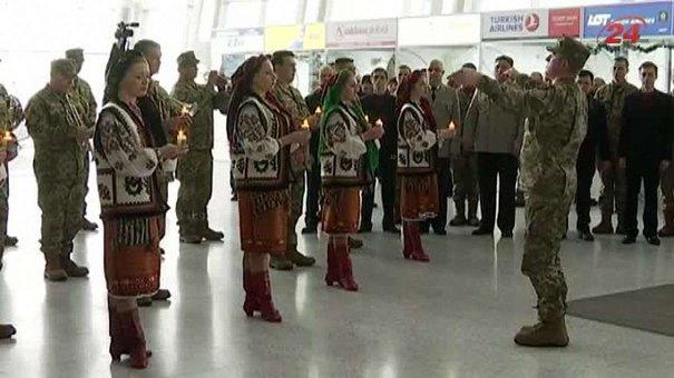 У львівському аеропорту влаштували флеш-моб у пам'ять про кіборгів