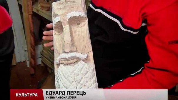 У львівській майстерні «Дідова борода» дітей вчать різьбити по дереву