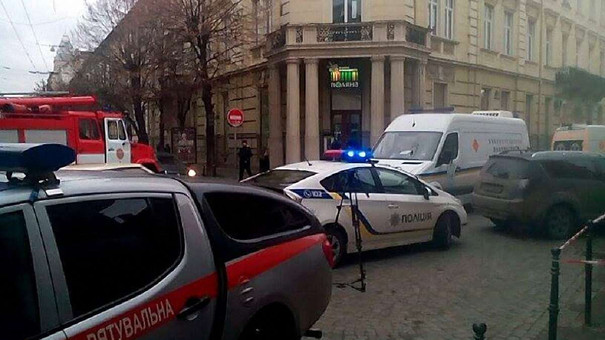 Зранку в центрі Львова «замінували» відразу десять ресторанів