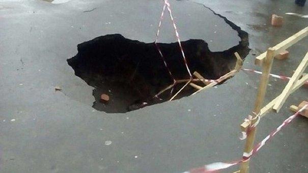 На Сихові у Львові «пішов» під землю тротуар