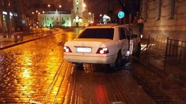 Водій «Мерседеса», який вночі зніс дерева на Городоцькій, був п'яний
