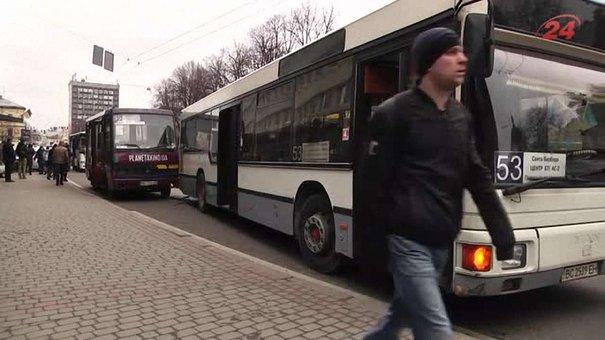 Біля готелю «Львів» зіткнулися дві маршрутки