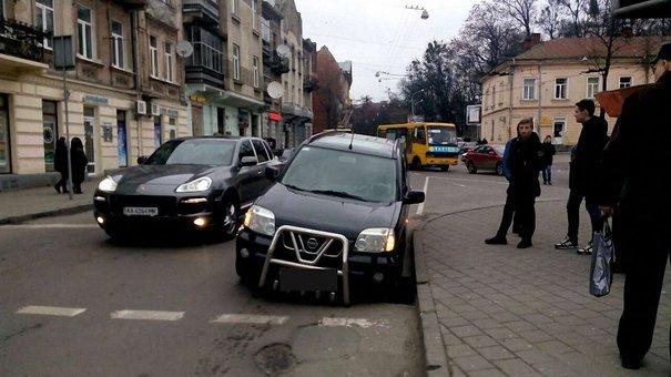 У Львові під колесом автомобіля провалився асфальт