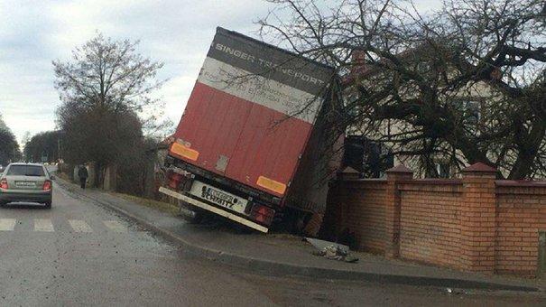 Поблизу Львова фура знесла цегляний паркан і влетіла на подвір'я