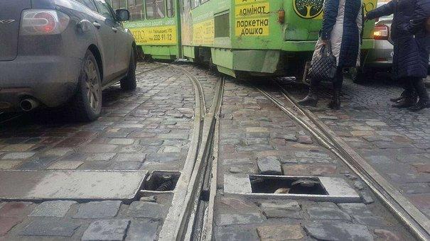 В центрі Львова трамвай зіткнувся з автомобілем через несправність колії