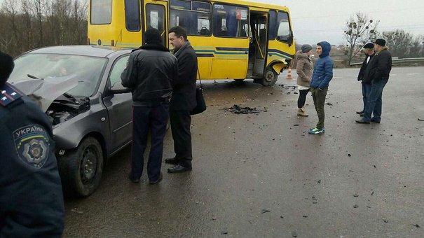 Поблизу Львова легковик врізався в маршрутку з пасажирами