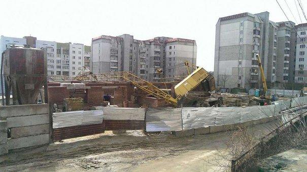 У Львові будівельний кран впав на житловий будинок