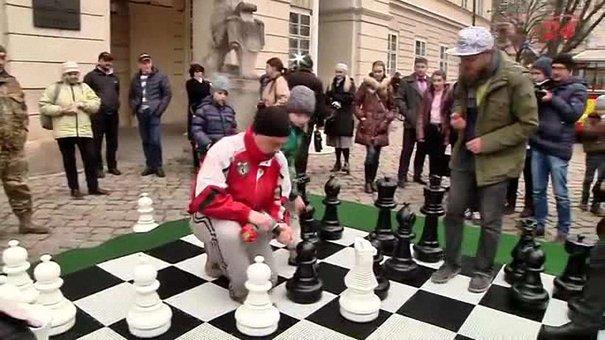 Біля львівської Ратуші встановили гігантську шахівницю для всіх охочих зіграти