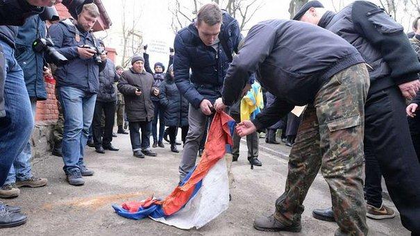 Російське консульство у Львові закидали яйцями та димовими шашками
