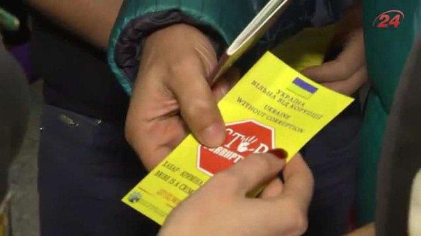 У Львівському аеропорту прикордонники просять пасажирів не спокушати їх хабарями