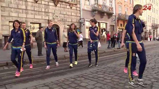 Жіноча національна збірна з футболу прогулялась Львовом