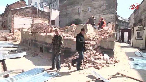 Люди в балаклавах розгромили паркан скандального будівництва на вул. Чайковського