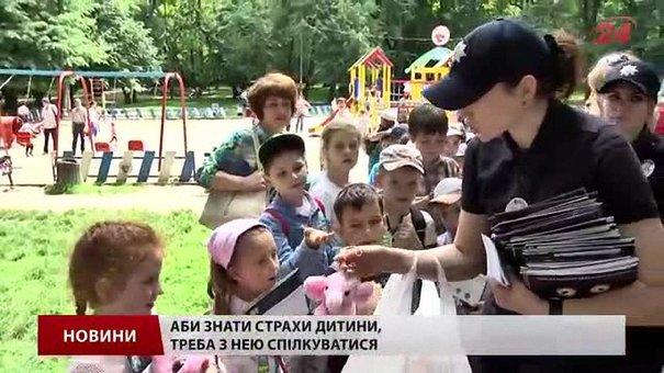 Львівські патрульні дарували малечі на вулиці іграшки власних дітей