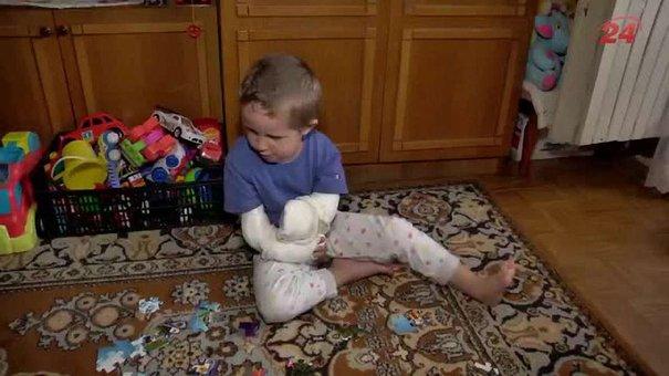 Чотирирічний Тимофійко із вродженою вадою ручок потребує допомоги