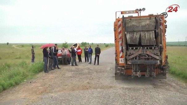 На Яворівщині селяни заблокували дорогу на сміттєзвалище