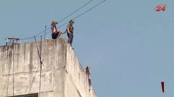Львівські екстремали стрибають з дев'ятиповерхівки