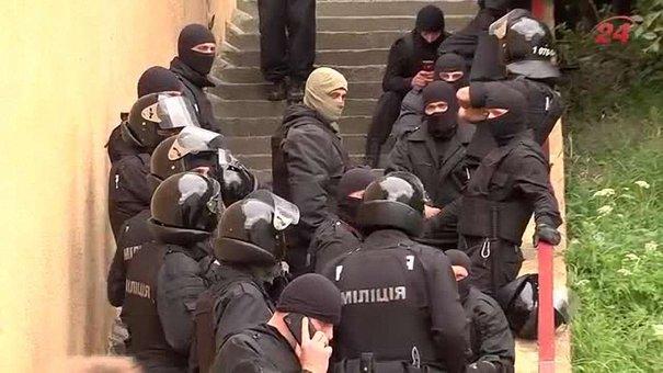 На скандальному будівництві на Варшавській-Сосновій працюють слідчі і спецпризначенці